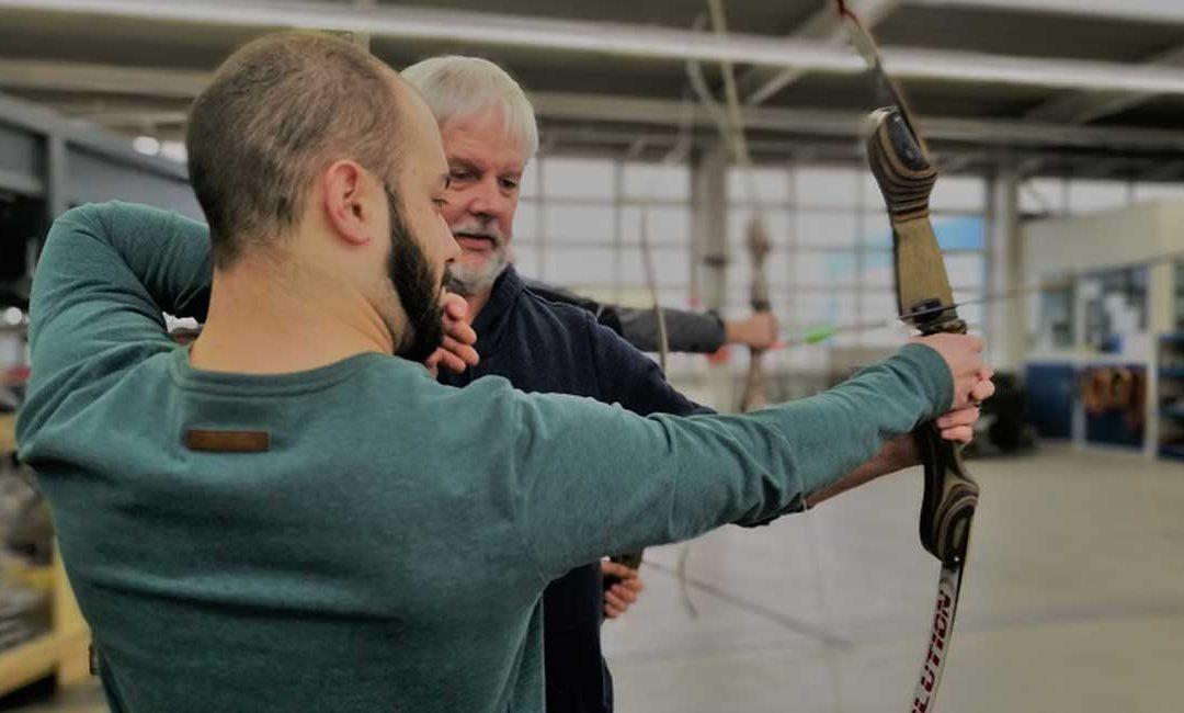 PYREG TRIFFT INS SCHWARZE: Das ganze Team übt sich im Bogenschießen